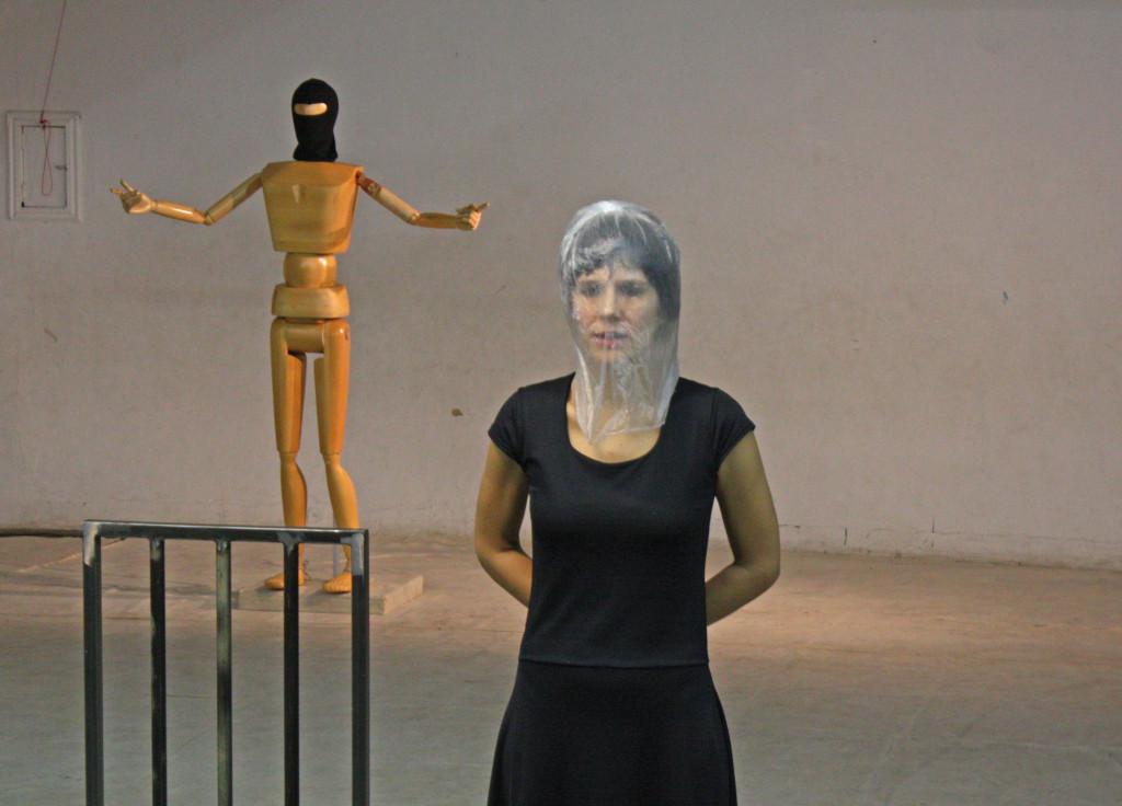 """Cena da peça """"Morro como um país"""", Kiwi Companhia de Teatro. Foto Divulgação."""