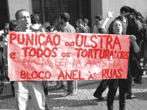 Manisfestação em frente ao Fórum João Mendes, no dia da audiência de testemunhas do processo contra o coronel Ustra, em 27/07/2011