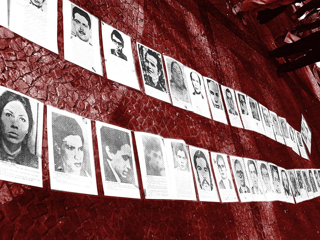 Manifestação em frente ao Fórum João Mendes, no dia da audiência de testemunhas do processo contra o coronel Ustra, em 27/07/2011. Foto ilustração sobre imagem de Daniel Zanini