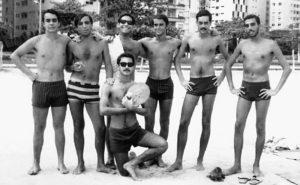 Merlino com amigos em Santos, entre eles, atrás, de óculos escuros, Nelson de Souza Kohl, militante do POC, desaparecido emSantiago, em 15 de setembro de 1973, sequestrado pela Junta Militar chilena.
